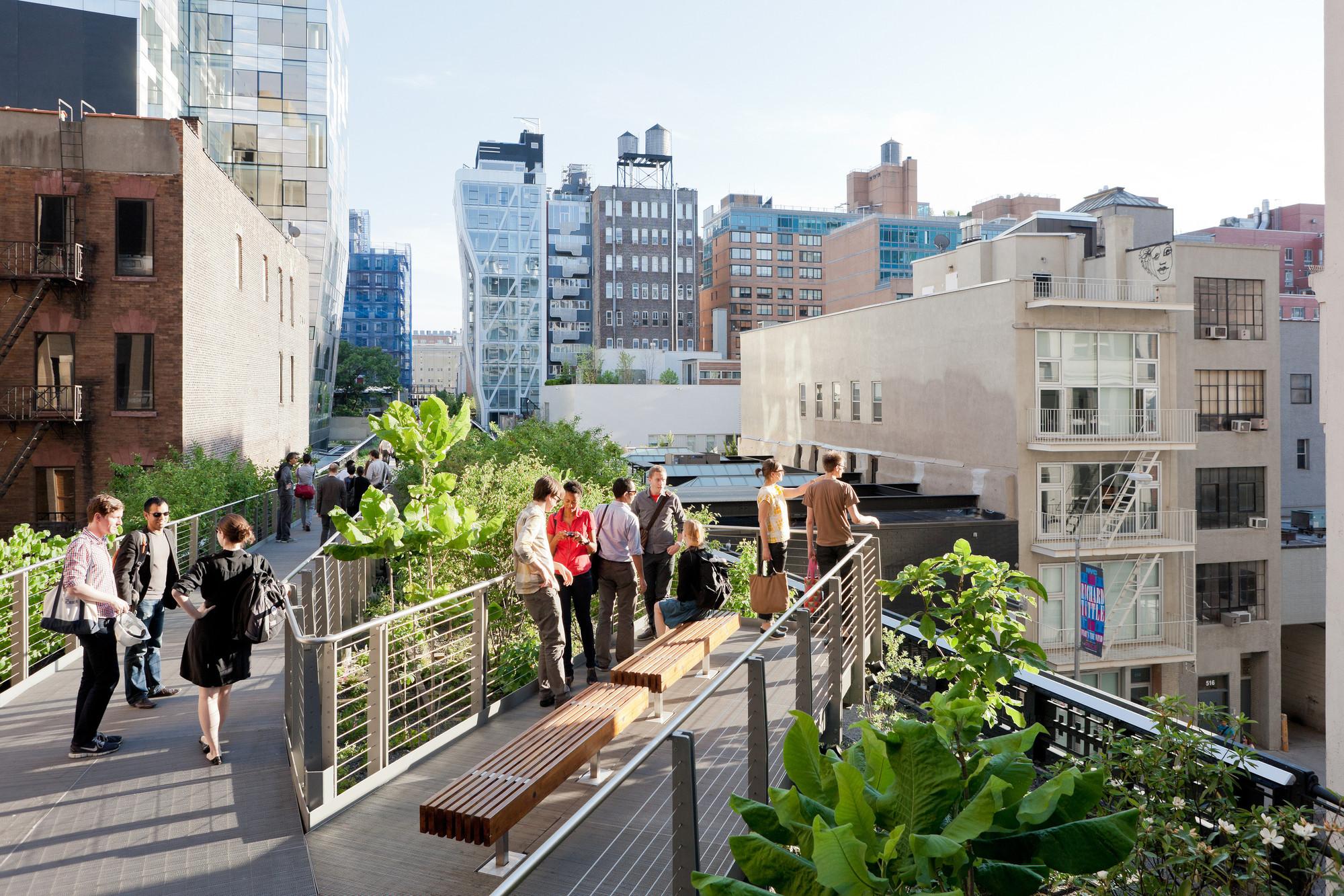 Segunda etapa: en Falcone Flyover, la vía se eleva dos metros y medio por encima del High Line, serpenteando a través de un dosel de árboles, entre West 25th y West 27th Street, mirando hacia el sur. Image © Iwan Baan, 2011