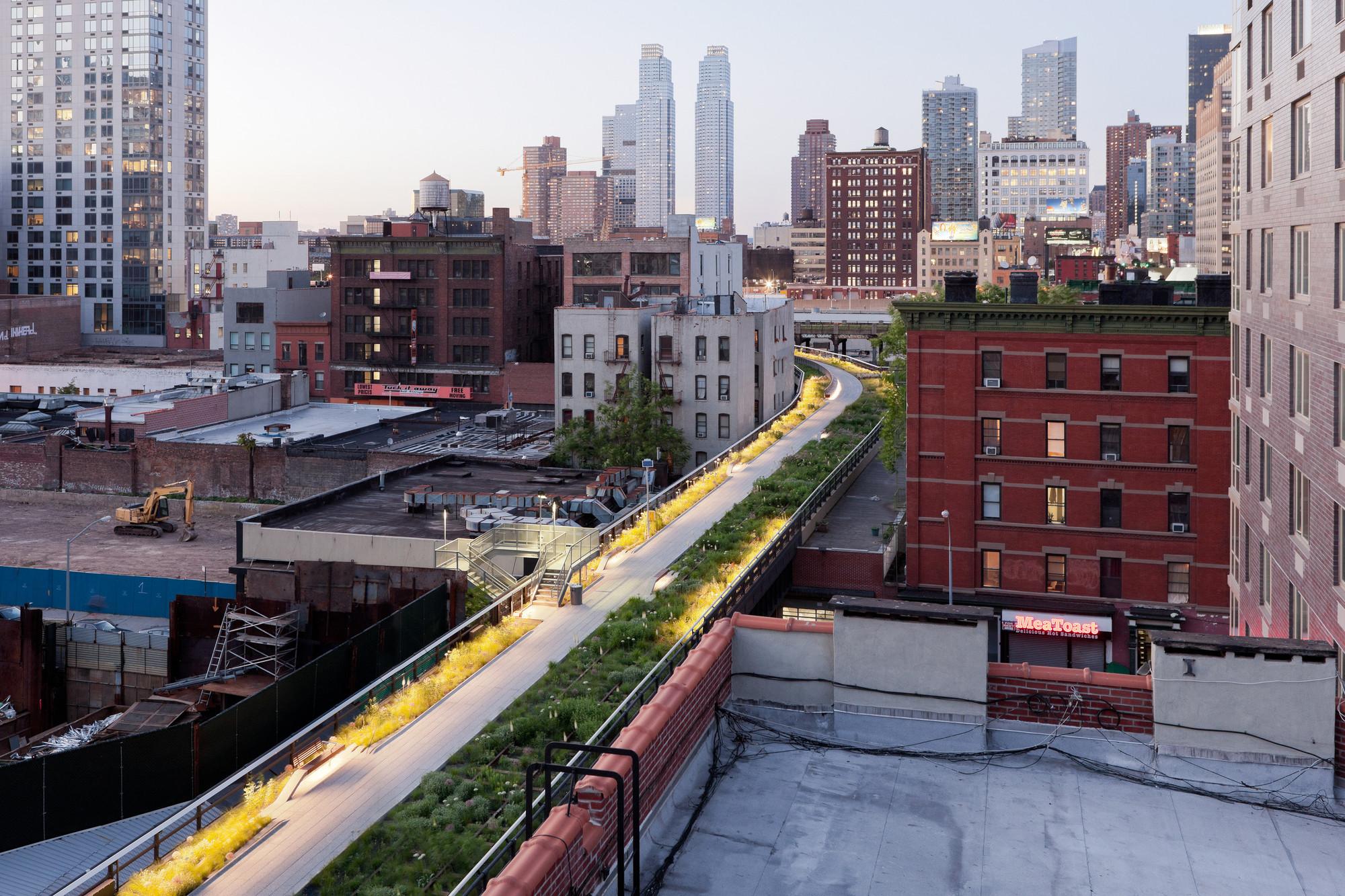 Segunda etapa: Wildflower Field, mirando al norte hacia West 29th Street, donde el High Line comienza una extensa y suave curva hacia el río Hudson. Image © Iwan Baan, 2011