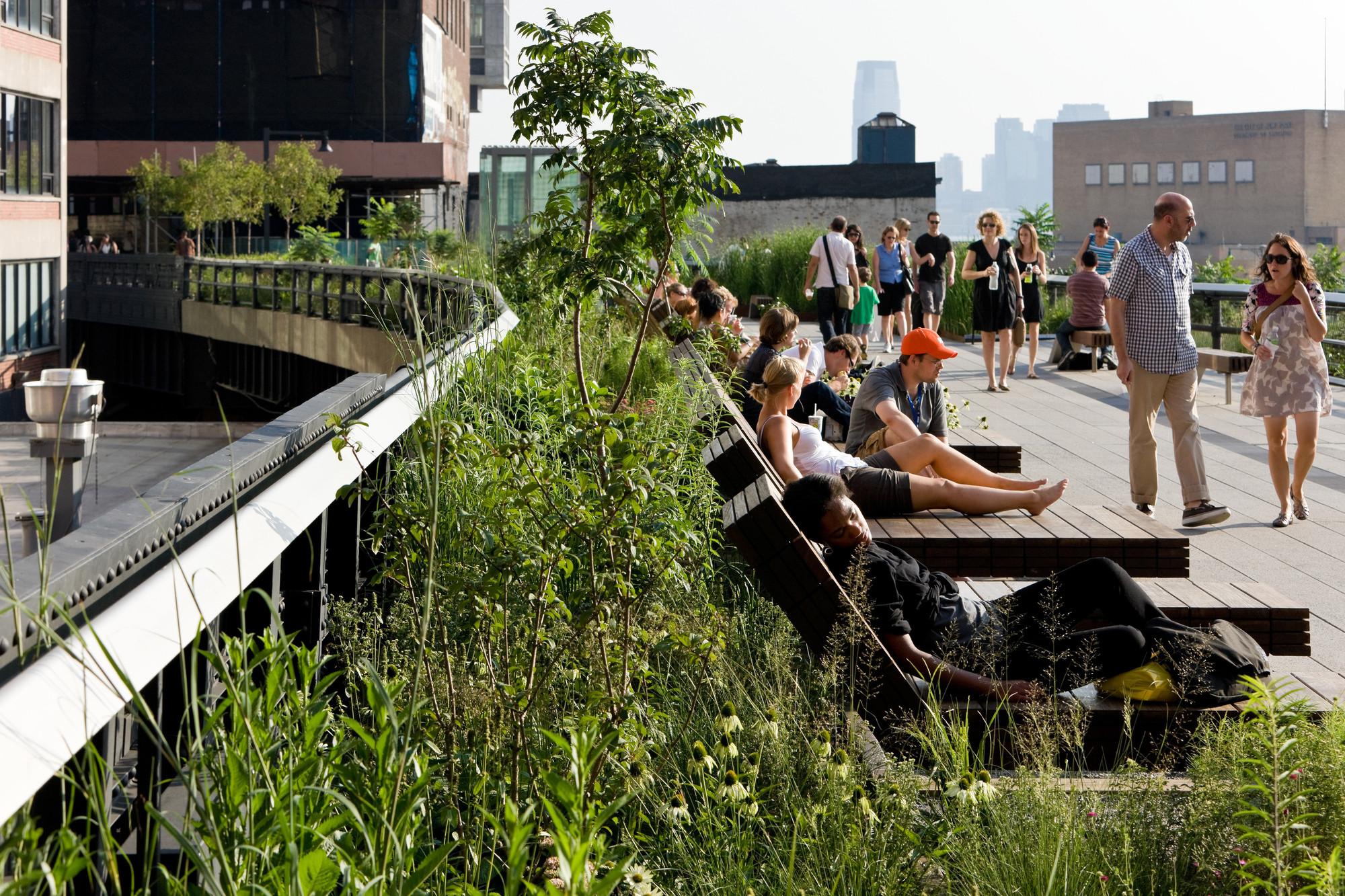Primera etapa: The Sundeck: The Sundeck, uno de los más populares sitios de reunión del High Line, entre 14th y 15th Streets. Image © Iwan Baan, 2009
