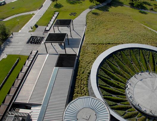 Las cubiertas verdes del Museo del Acero Horno 3, un ícono de la industrialización en México. Image © Harari Landscape Architecture