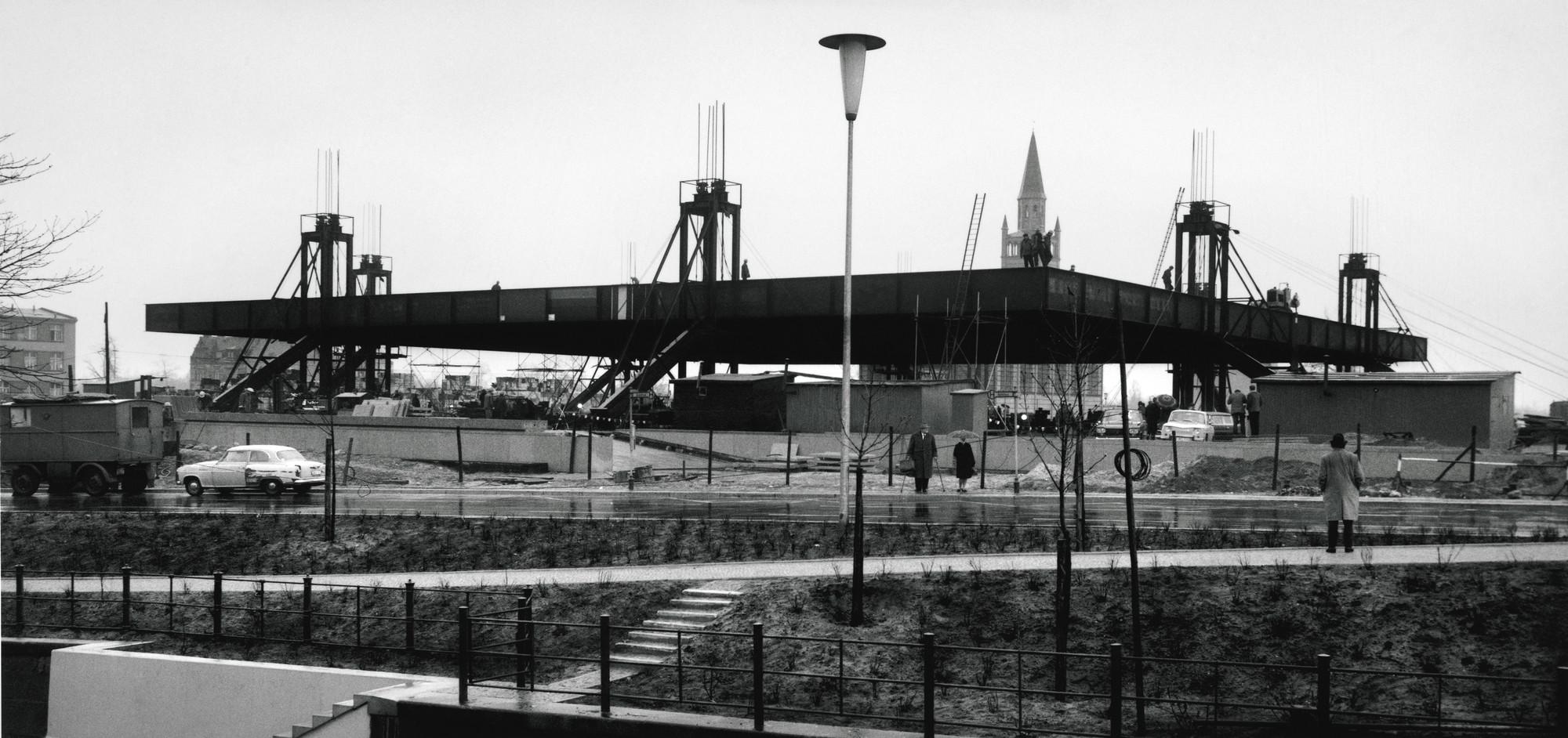 Sobresaliendo del techo, 5 de abril de 1967. Imagen © Archiv Neue Nationalgalerie, Nationalgalerie, Staatliche Museen zu Berlin