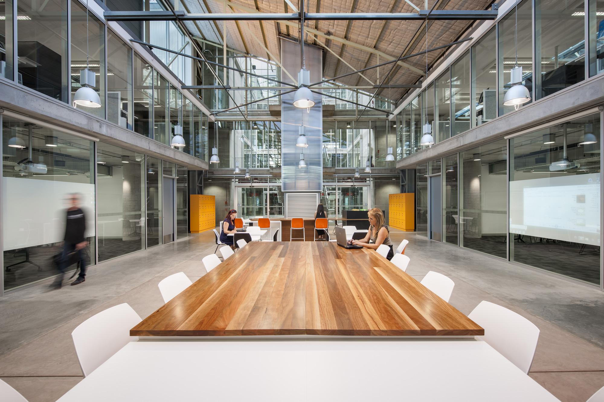 LO MEJOR en reciclaje creativo de espacios: Centro educativo  de industrias sustentables  - Tonsley Tafe; Adelaide, Australia / MPH Architects. Imágen cortesía de INSIDE