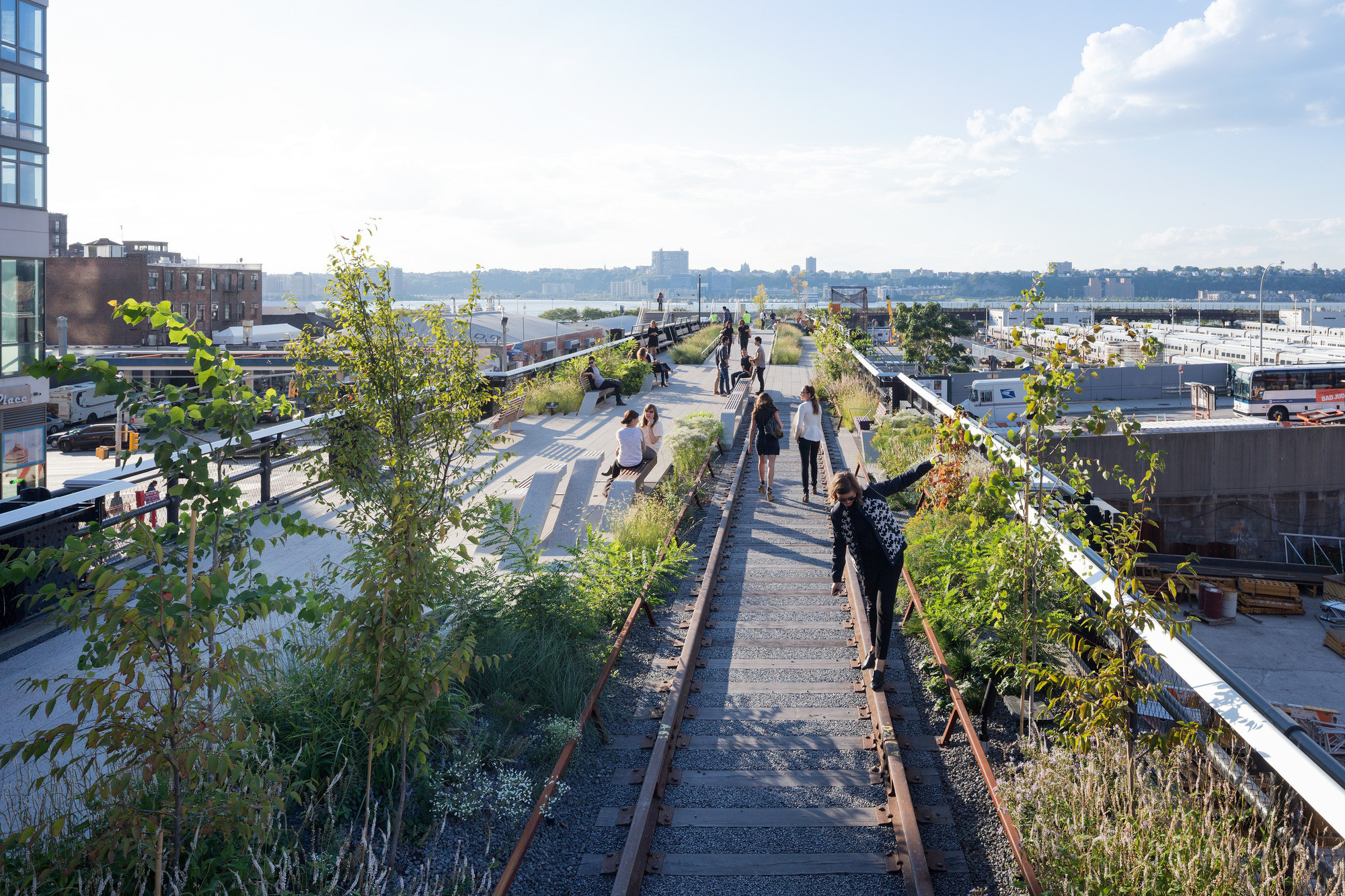 The High Line's Final Chapter is Complete; But Don't Close the Book Just Yet, View looking west along one of the Rail Track Walks. Image © Iwan Baan, 2014 (Section 3)