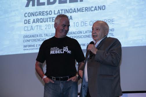 Gustavo Restrepo y Oscar Borrachia, Decano Universidad de Morón. Image Cortesia de Premio Til