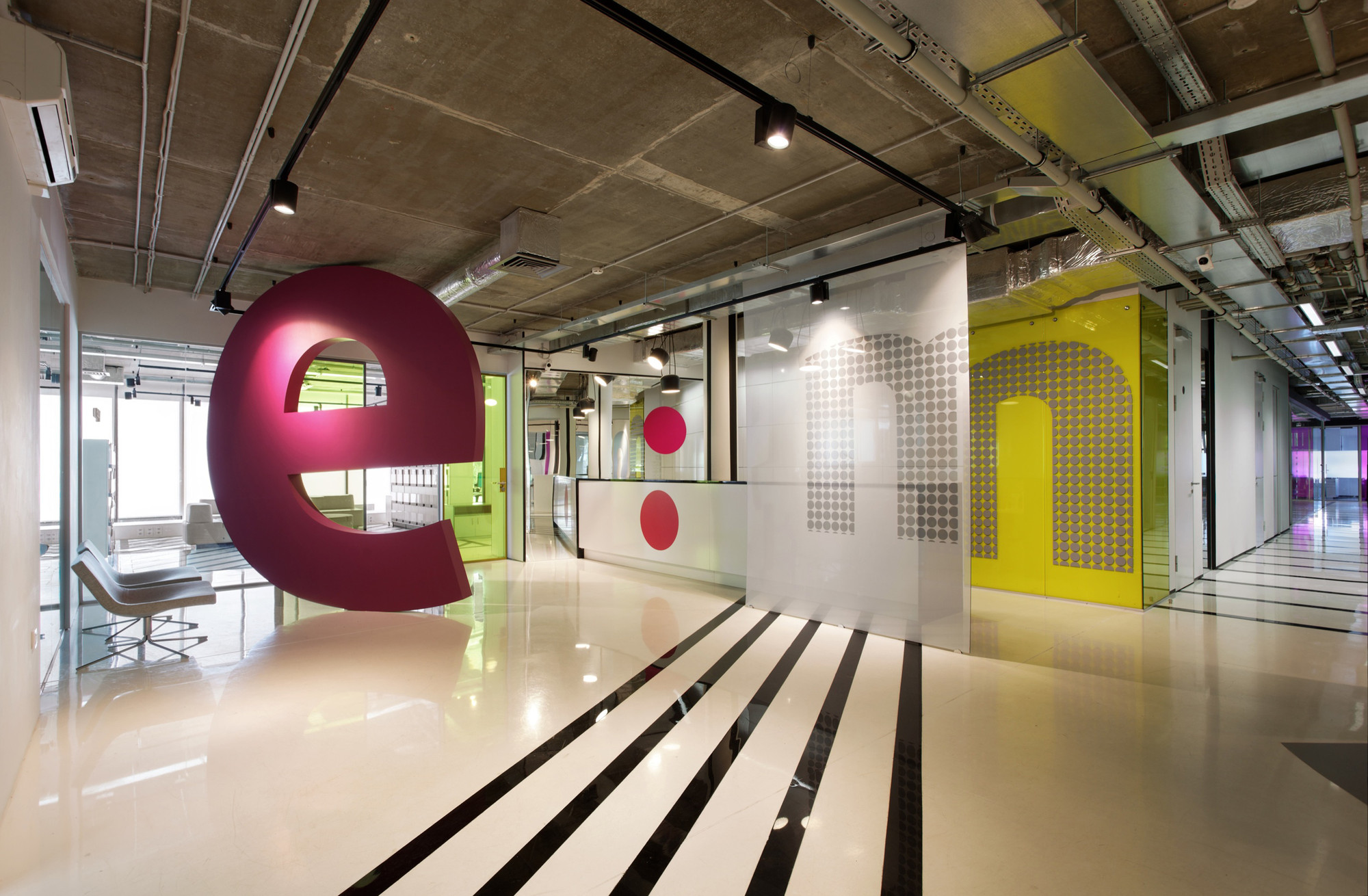 E mg advertising agency vox architects archdaily for Interior design agency
