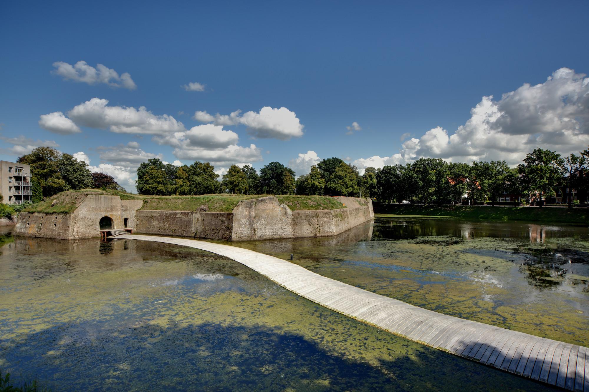 Paisaje y Arquitectura: puente peatonal Ravelijn, un nuevo conector entre la ciudad e isla-fortaleza, © Erik Stekelenburg