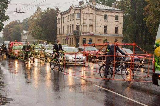 Intervención Urbana: ciclistas demuestran el espacio que ocupan los automóviles, Cortesía de Let's Bike It (© delfi.lt)