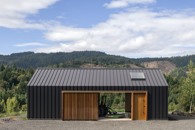 Cobertizo Elk Valley / FIELDWORK Design & Architecture, © Brian Walker Lee