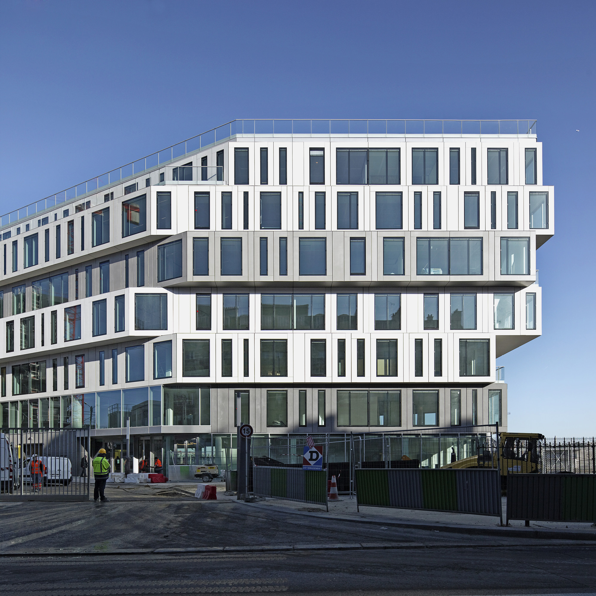 Gallery of strato office block hardel et le bihan for Facade immeuble contemporain