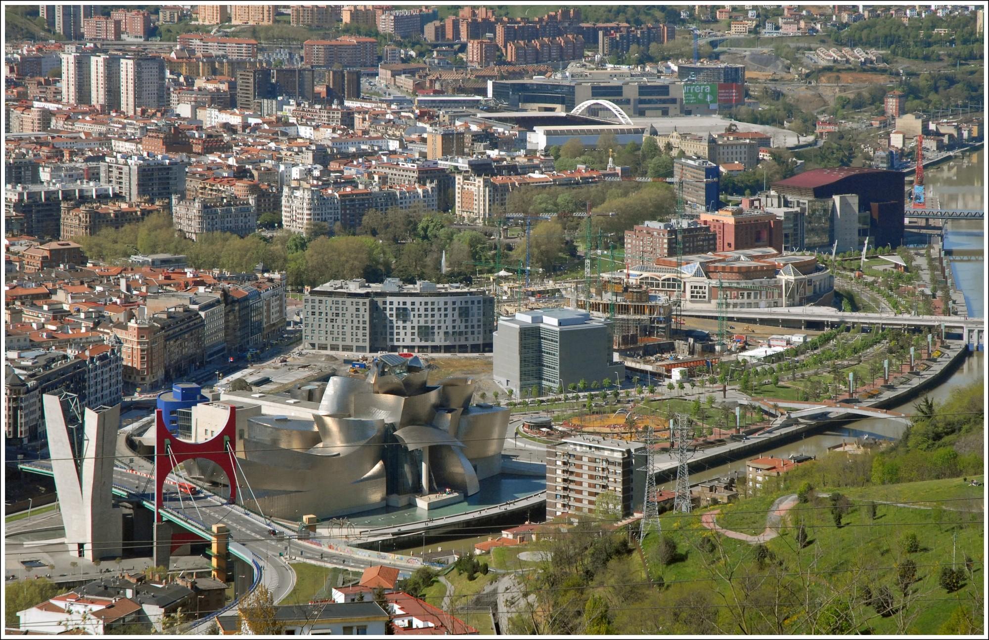 Museo Guggenheim en barrio de Abandoibarra, Bilbao. Image © Jean-Pierre Dalbéra [Flickr]