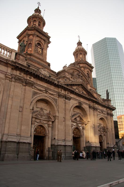 Se elimina las escalas pequeñas, el principal medio por el cual los edificios conectan con el usuario. Image © Flickr. Autor: Biblioteca del congreso nacional de Chile. Licencia CC