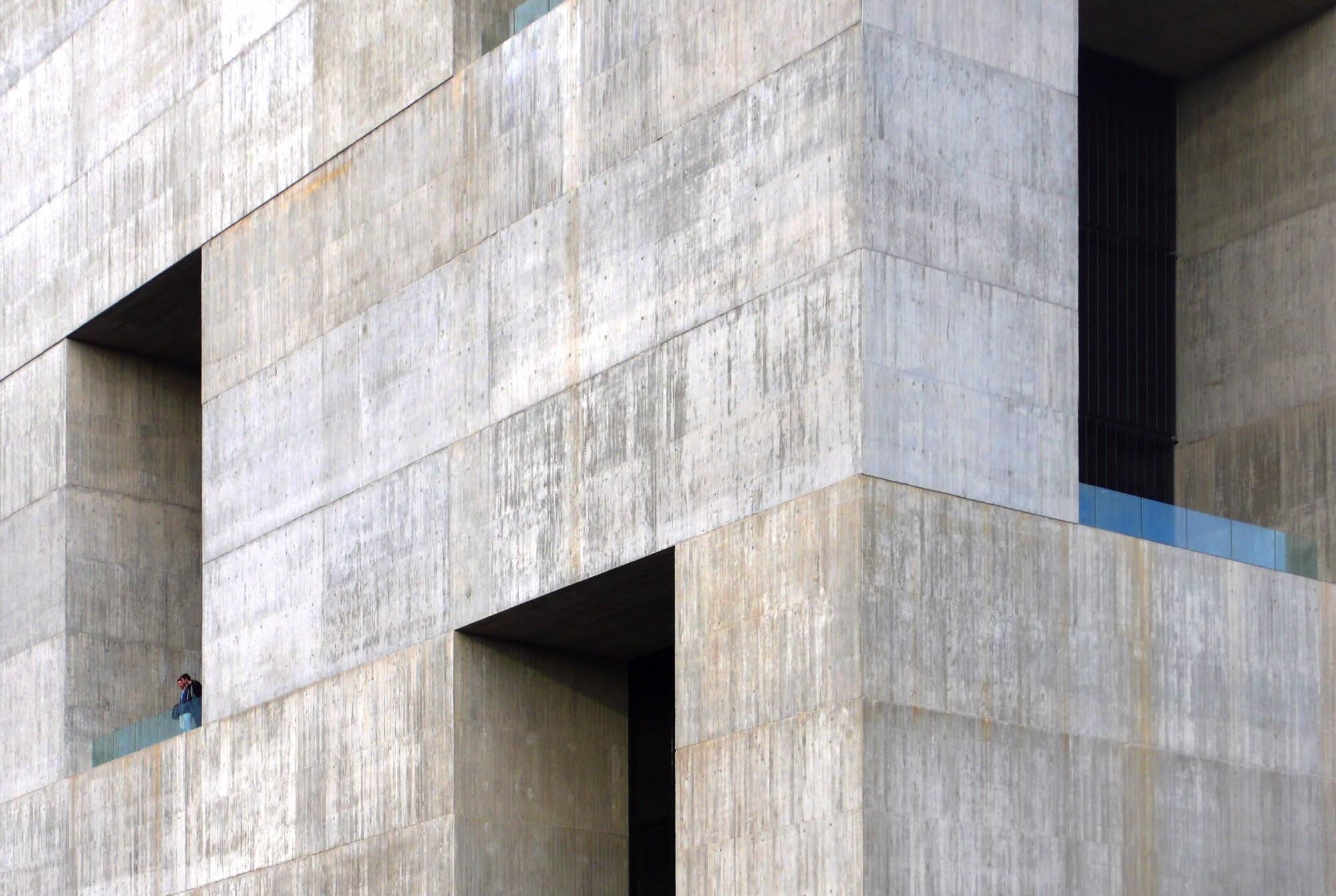 A pesar de la utilización de texturas, sus distintas escalas no están relacionadas coherentemente para la generación de un todo, por lo que se produce una geometría que no permite al ser humano conectar con el universo. Image © Nina Vidic