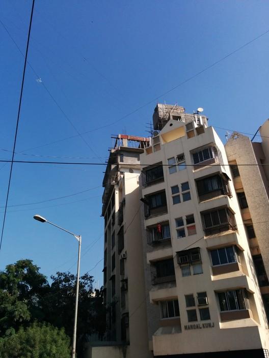 Edificio Residencial Mangal Kunj antes de la construcción de sus pisos superiores. Bandra (W) - Mumbai, India. Image © Laura Amayan