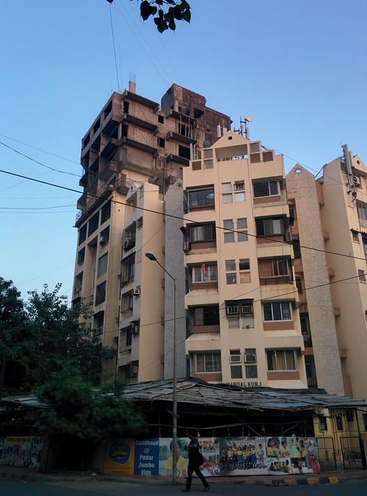 Edificio Residencial Mangal Kunj después de la construcción de sus pisos superiores. Bandra (W) - Mumbai, India. Imagen © Laura Amaya