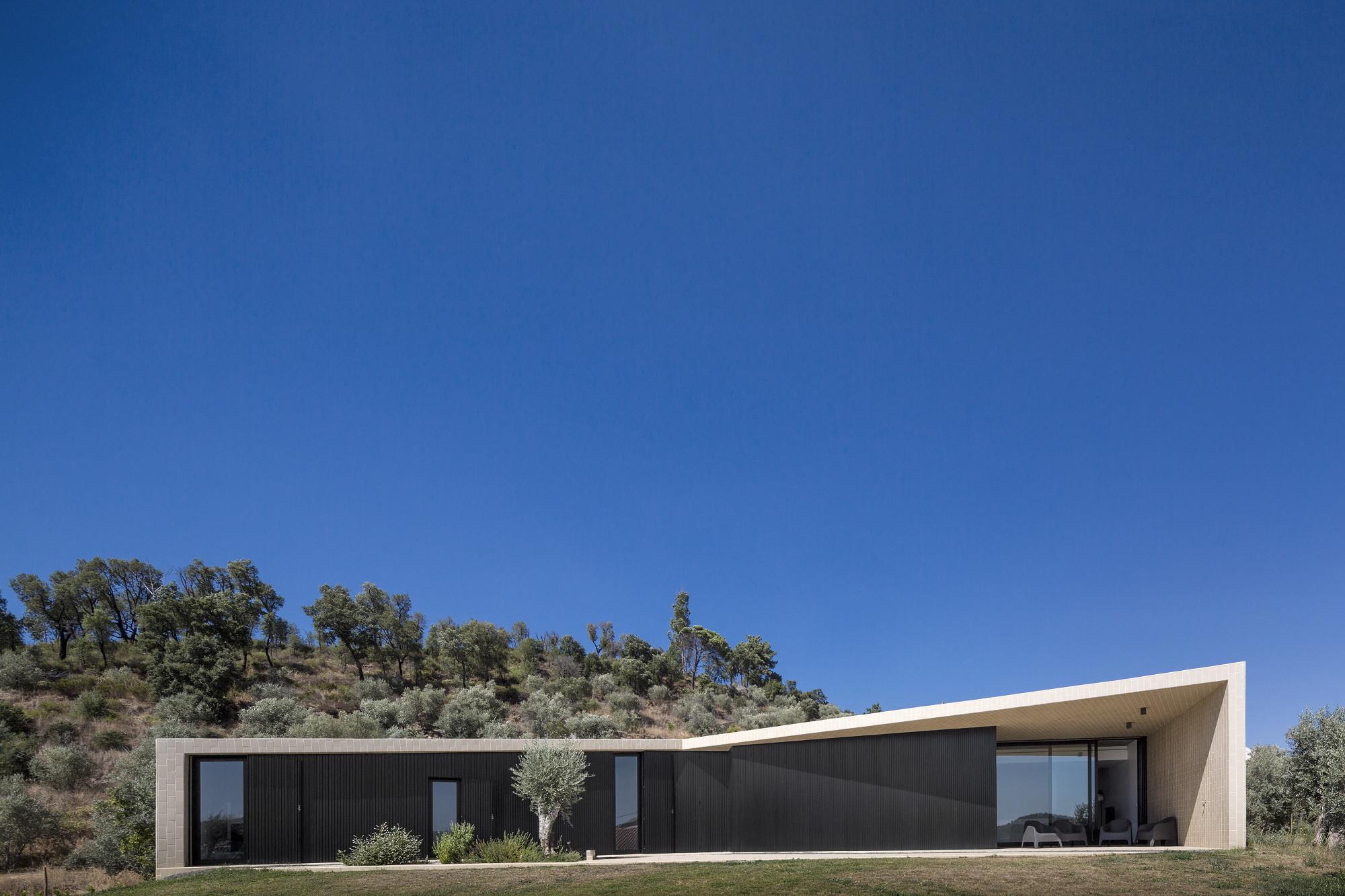 Tomar Hill House / Contaminar Arquitectos, © Fernando Guerra | FG+SG