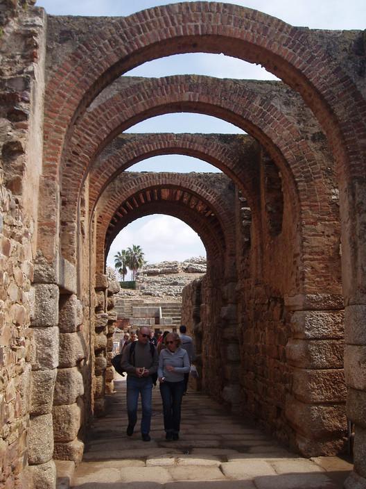 Los arcos del teatro romano que inspiraron el diseño de Moneo. Imagen © Usuario Flickr Rafa Perez