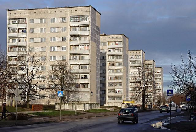 La visión y geometría modernista impuesta, de manera centralizada y a gran escala, sobre la arquitectura tradicional. Bloques de la era soviética en Letonia. Image © Flickr. Autor: Aigars Mahinovs. Licencia CC