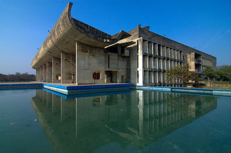 Desde la aparición de la arquitectura moderna, los países pobres han caído en la trampa de ligar a las geometrías racionalistas con el desarrollo. Chandigarh. Panyab. India, diseñada por Le Corbusier en 1951. Image © Flickr. Autor: Hans Jan Dürr. Licencia CC