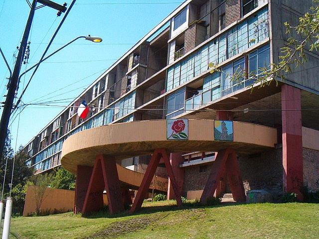 Muchos conjuntos se construyeron (y se siguen haciendo) con la idea de que una nueva geometría funcional podía reformar a la sociedad. La realidad nos muestra que la estructura social subyacente es la que da forma al entorno construido, y la imposición de una geometría inconexa y externa está condenada al fracaso. Unidad Vecinal Portales. Santiago de Chile. B.V.C.H. 1954. Image © Flickr. Autor: _R o s a_. Licencia CC