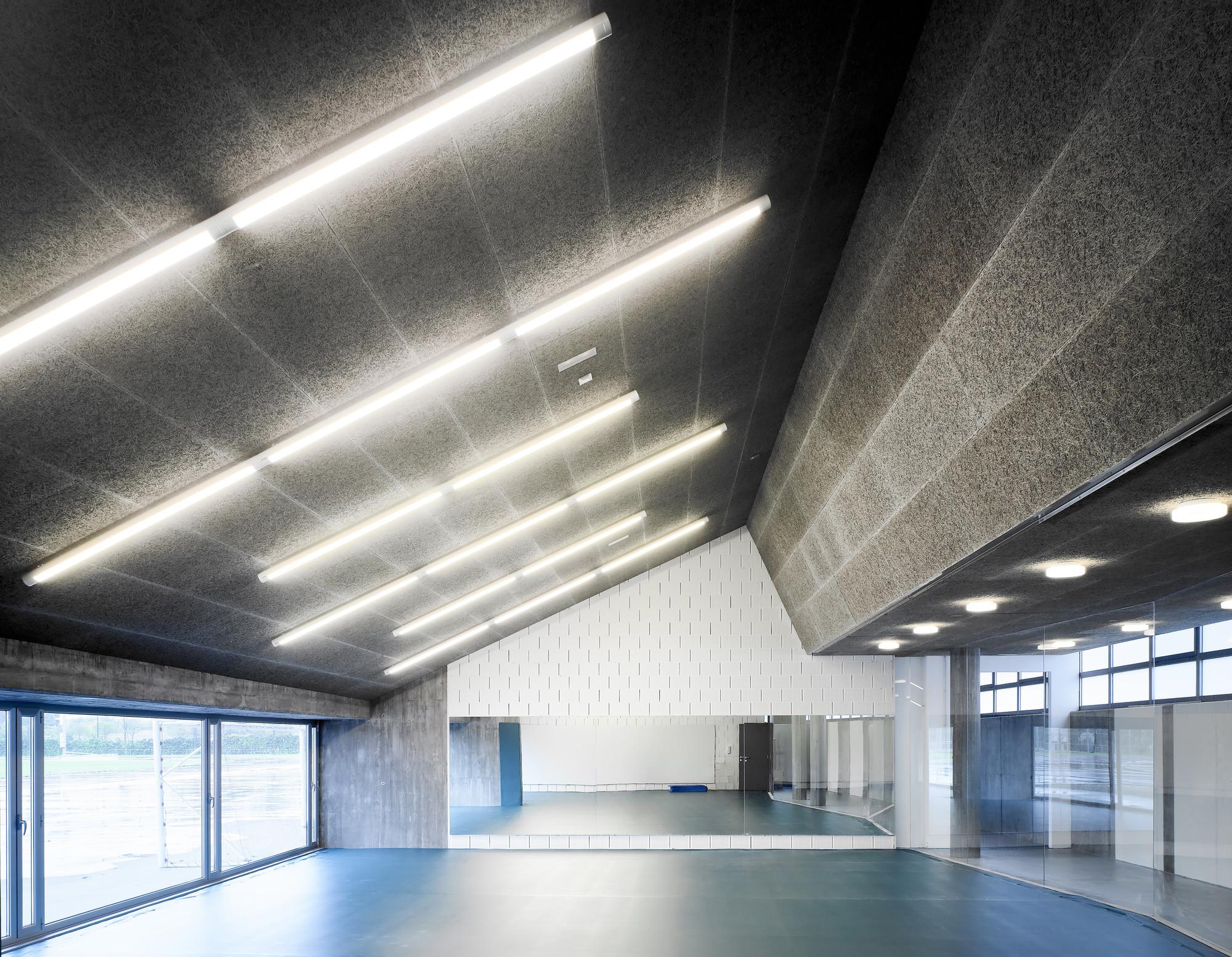 UDC Gymnasium Under Stands / GLF Arquitectos, © Héctor Santos-Díez