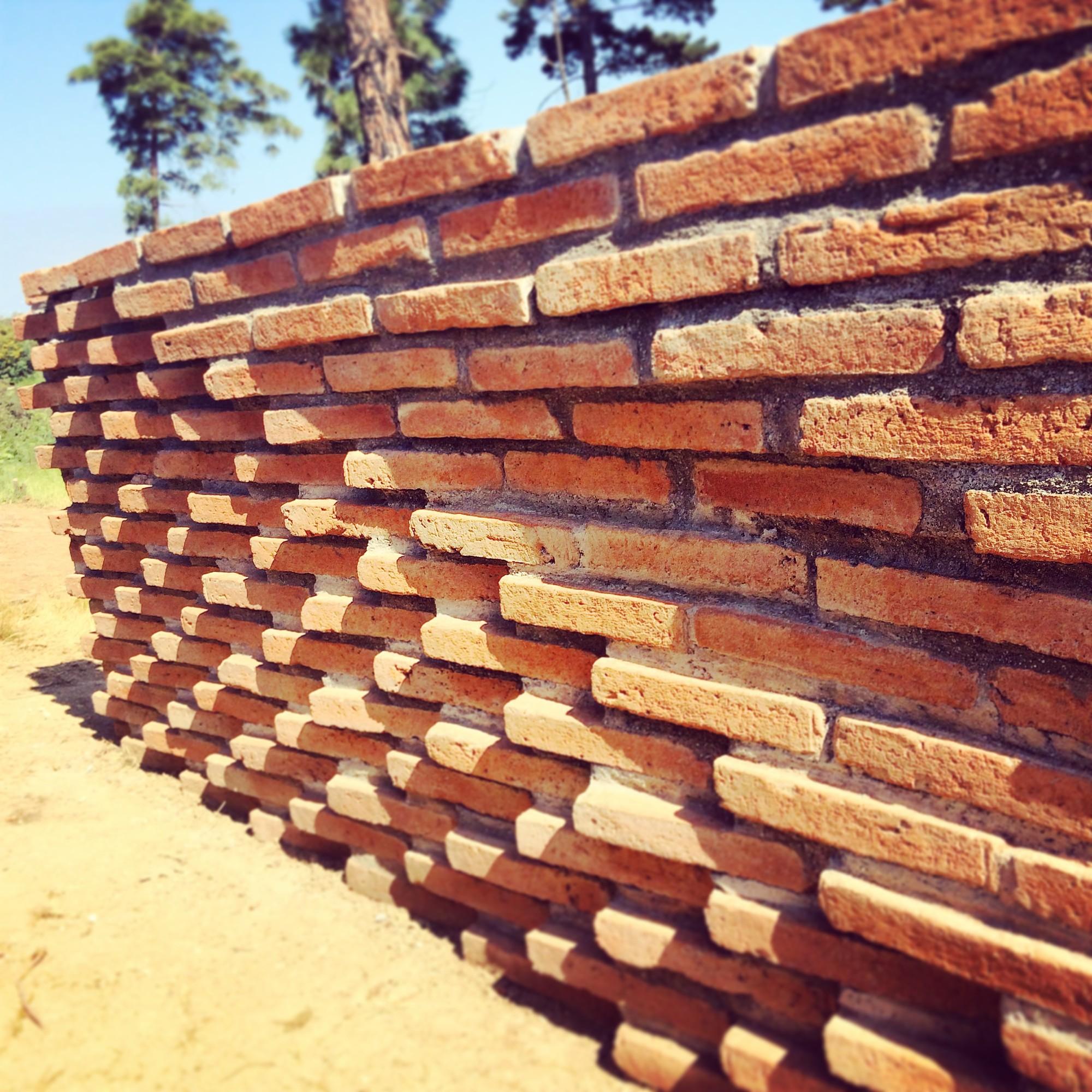 Galer a de estudiantes construyen muros de ladrillo en for Casas de ladrillo visto fotos