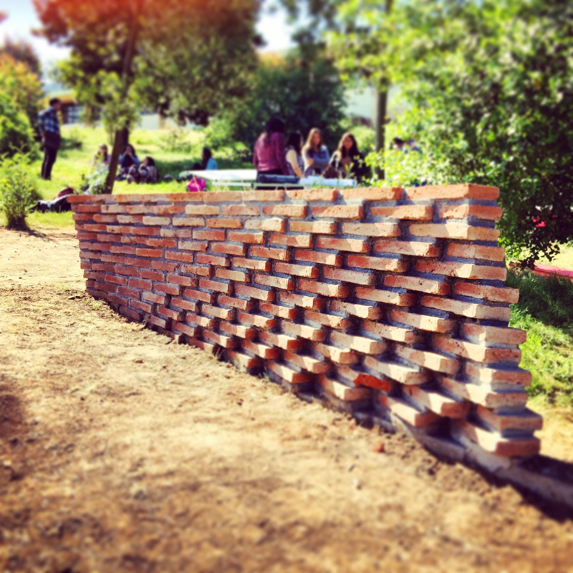 Estudiantes construyen muros de ladrillo en disposición algorítmica, Inauguración: Grupo 2. Image Cortesia de Verónica Arcos