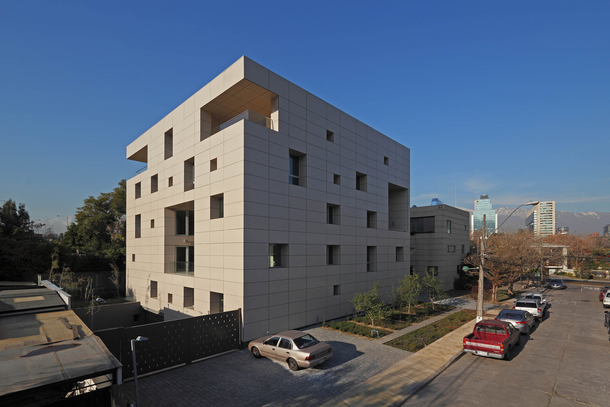 Resiter Office Building / Raimundo Lira Arquitectos, © Pedro Mutis