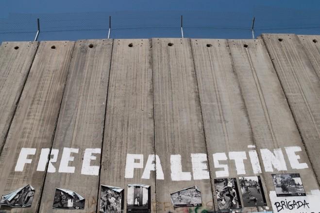 """""""Palestina Libre"""": Palestinos grafitan parte del muro isralense que cerca la ciudad de Belén, en Cisjordania. © Montecruz Foto/Flickr/CC. Cortesía de Opera Mundi"""
