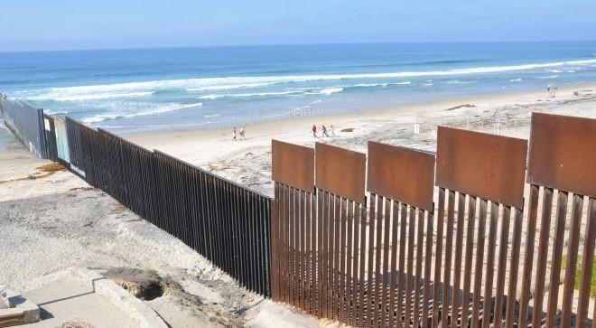 Barrera anti-inmigración en la frontera de Estados Unidos con México se extiende a la playa. © BBC World Service/Flickr/CC. Cortesía de Opera Mundi