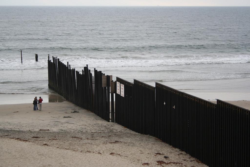 5 muros que todavía dividen poblaciones en el mundo, Barrera anti-inmigración en la frontera de Estados Unidos con México. © Dan Cipolla/Flickr/CC.