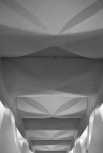 Cubierta de Hormigón sobre Corredor. Image © Jeffrey van der Wees