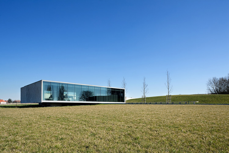Entrada al cementerio Tyne Cot / Govaert & Vanhoutte Architects, © Tim Van de Velde