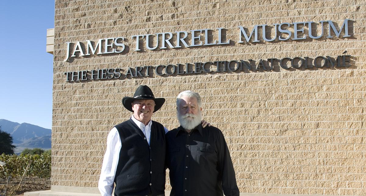 James Turrell y Donald Hess, frente al James Turrell Museum en Colomé