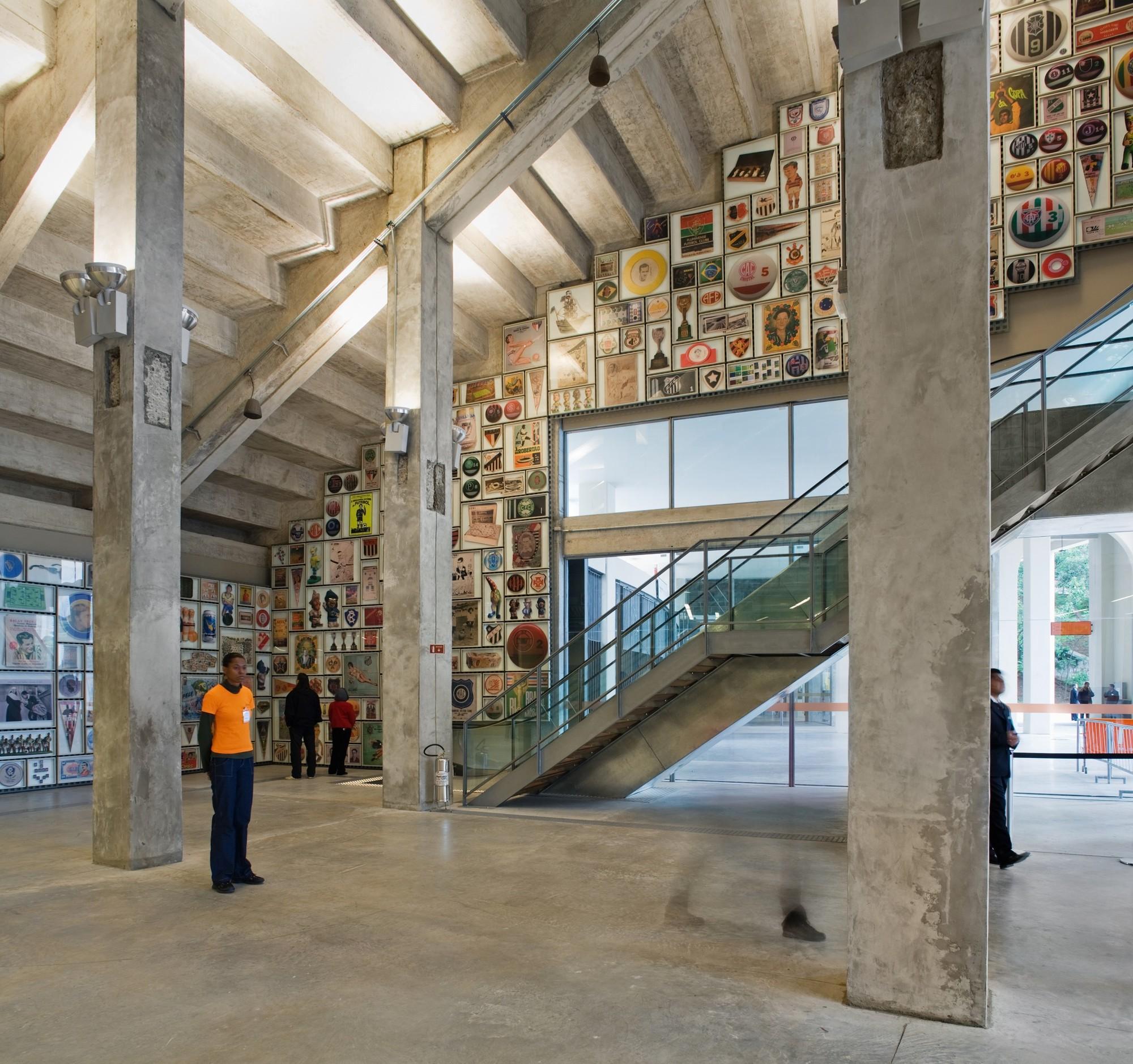 En el hall de entrada, se encuentra claramente una de las mayores operaciones del proyecto: la eliminación de los muros, losas, vigas y columnas de forma que la estructura original del estadio se hace visible. Por lo tanto, la arquitectura se ha convertido en una parte integral de la experiencia de museo. © Nelson Kon