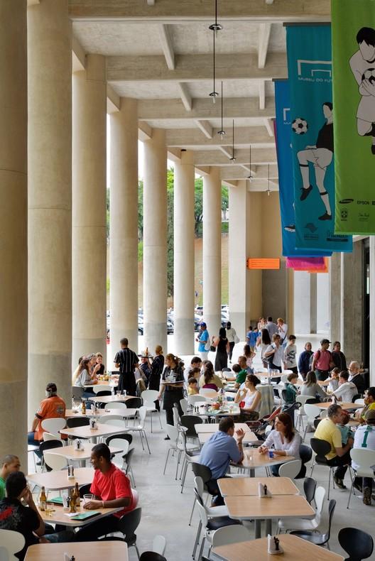 Actividades independientes asignadas en el umbral entre el edificio del Museo y la Plaza atraen nuevos clientes al sitio antes subutilizado a pesar de sus 30 mil metros cuadrados. © Nelson Kon