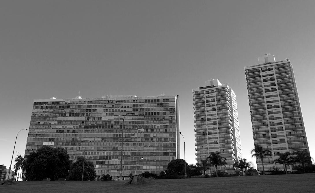 Edificio Panamericano en la Rambla de Montevideo. Image © Vía Flickr, Usuario Jimmy Baikovicius. Licencia CC