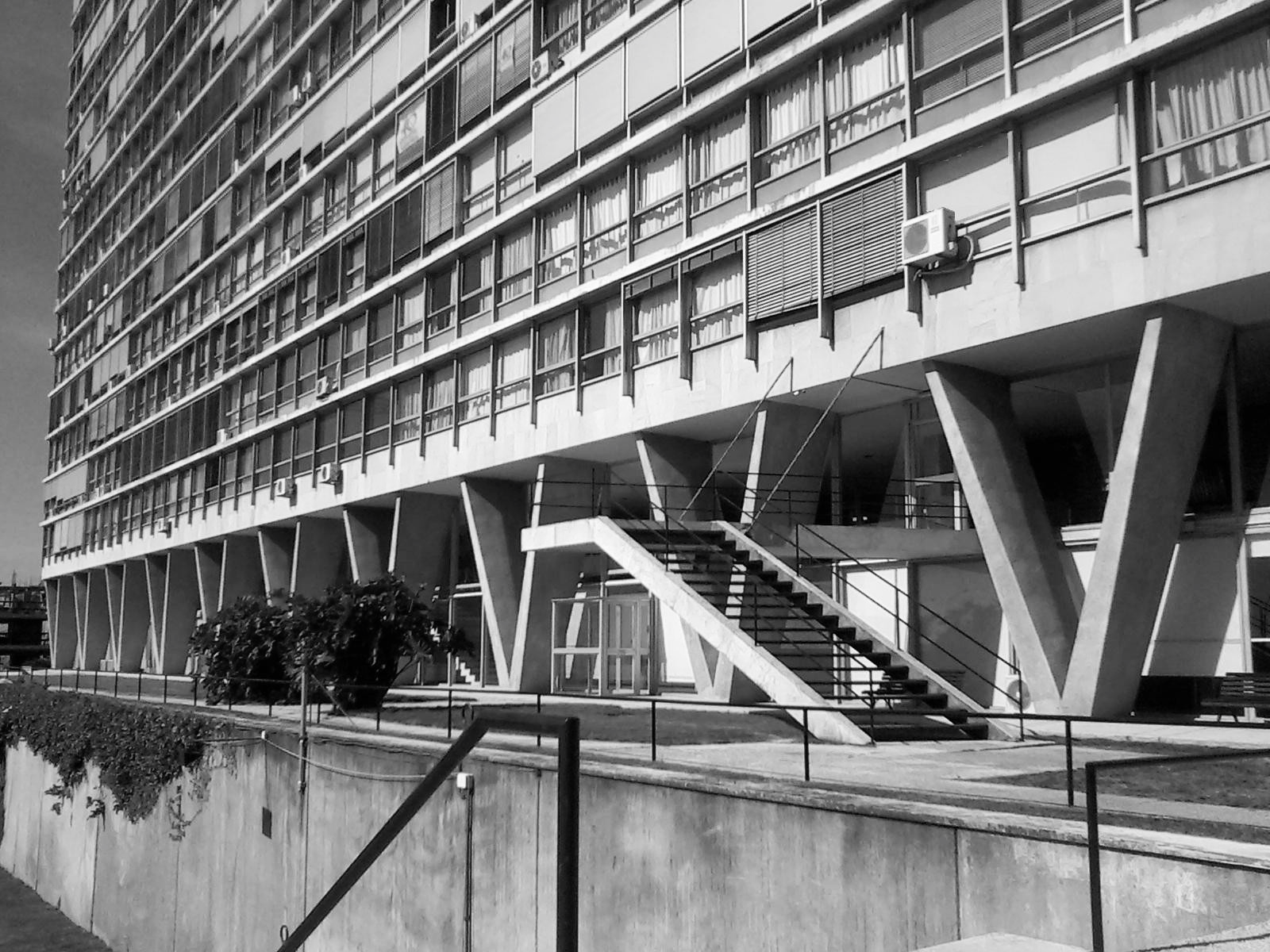 Edificio Panamericano en la Rambla de Montevideo. Image © Wikipedia Commons