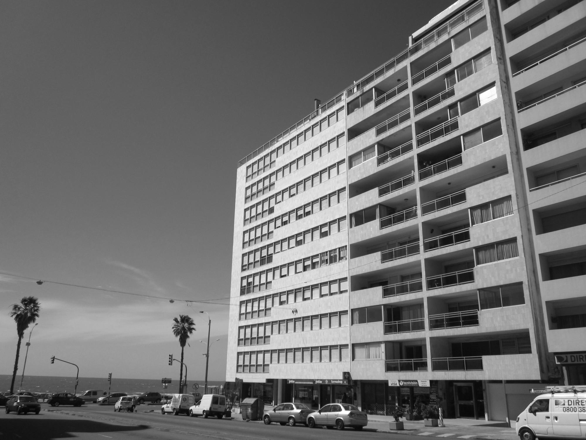 Edificio Las Palmas en la Rambla de Montevideo. Image © Wikipedia Commons