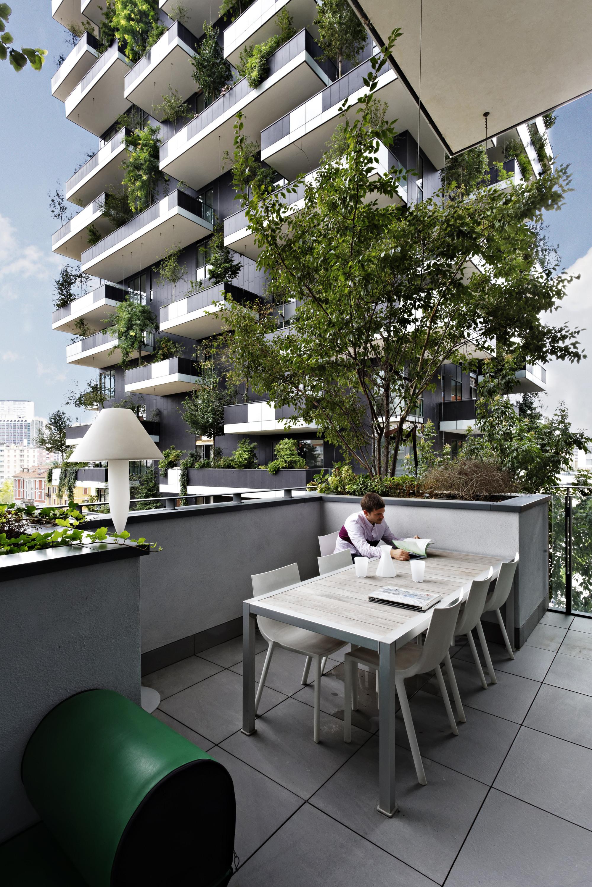 stay alive bosco verticale the world s first vertical forest nears completion in milan. Black Bedroom Furniture Sets. Home Design Ideas