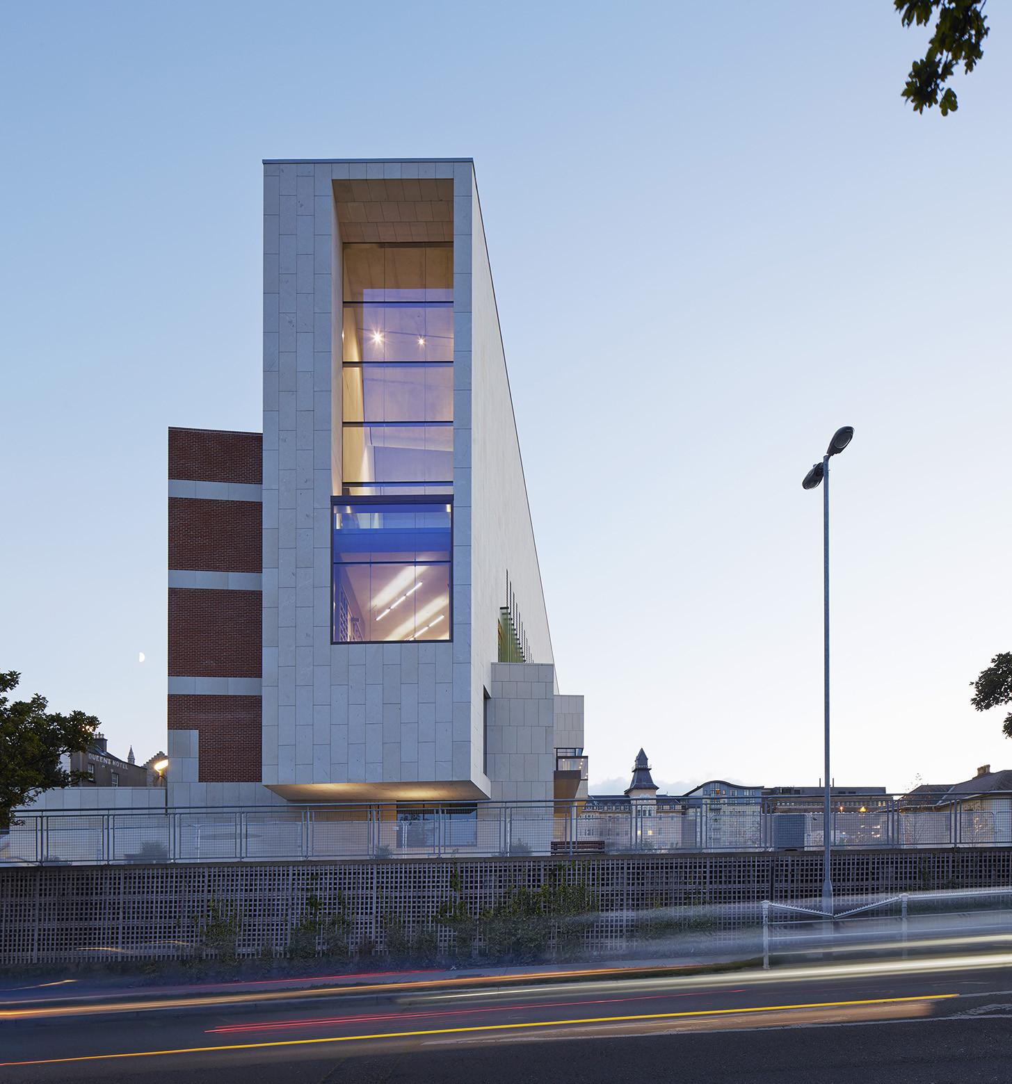 Biblioteca en Dublin / Carr Cotter & Naessens, © Dennis Gilbert