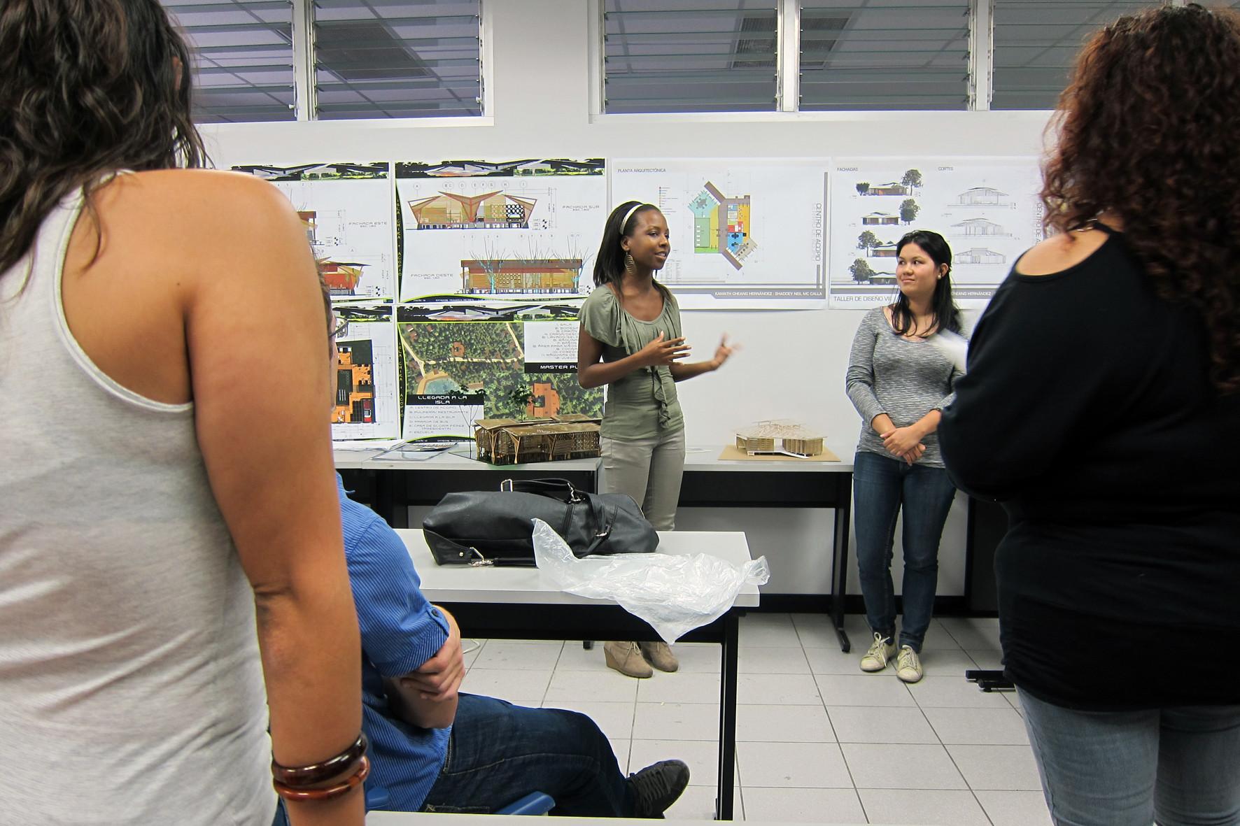 Un total de seis grupos de estudiantes proporcionaron soluciones para el Centro de Reciclaje y Comunitaria en la Isla de Chira; las diferentes propuestas se han resumido en un manual que será completado para el Ministerio de Salud. Image Cortesia de A-01