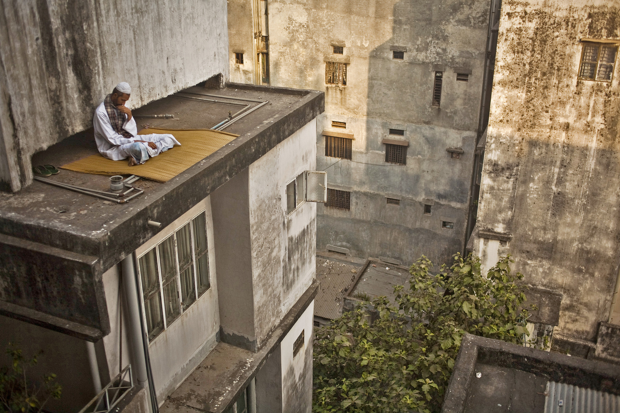 Getting lost on a roof. Image © Wahid Adnan