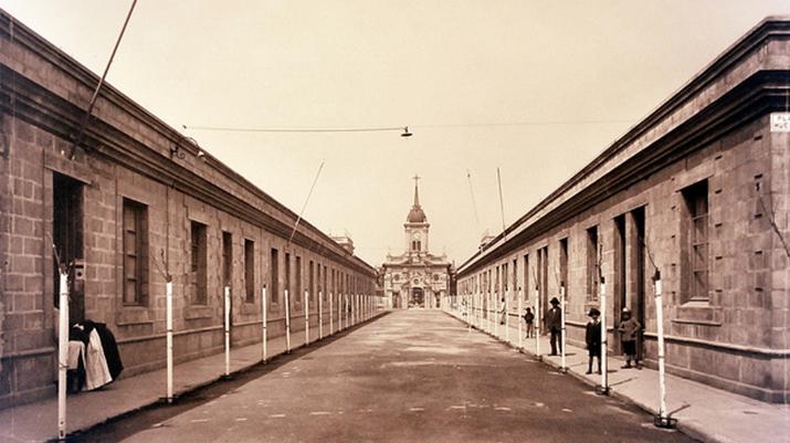 Vista de la iglesia desde calle Los Algarrobos (ex Alberto Romero). Image Cortesia de Carlos Maillet Aránguiz