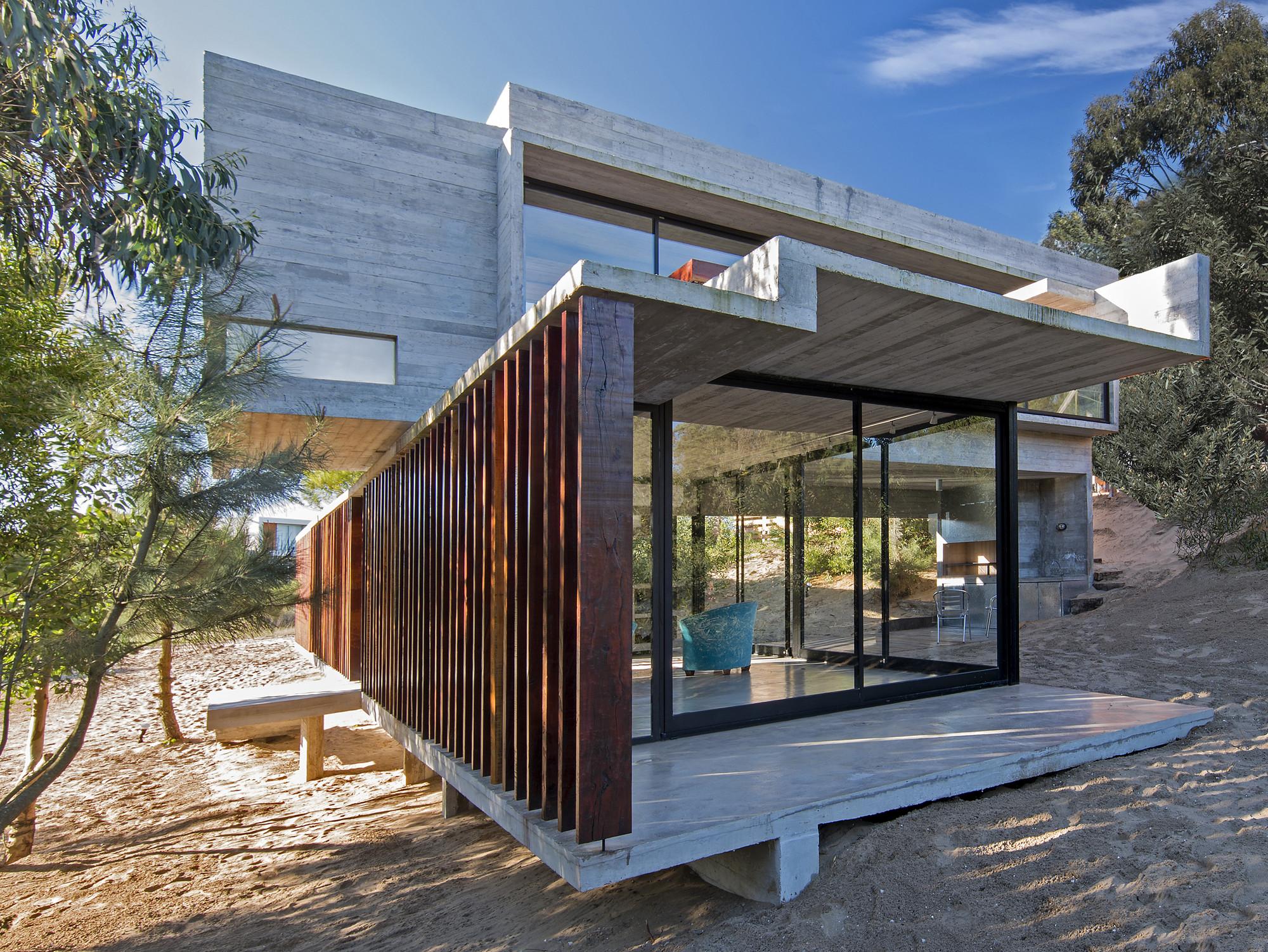 Gallery of mr house luciano kruk arquitectos 4 - Casas de madera y hormigon ...