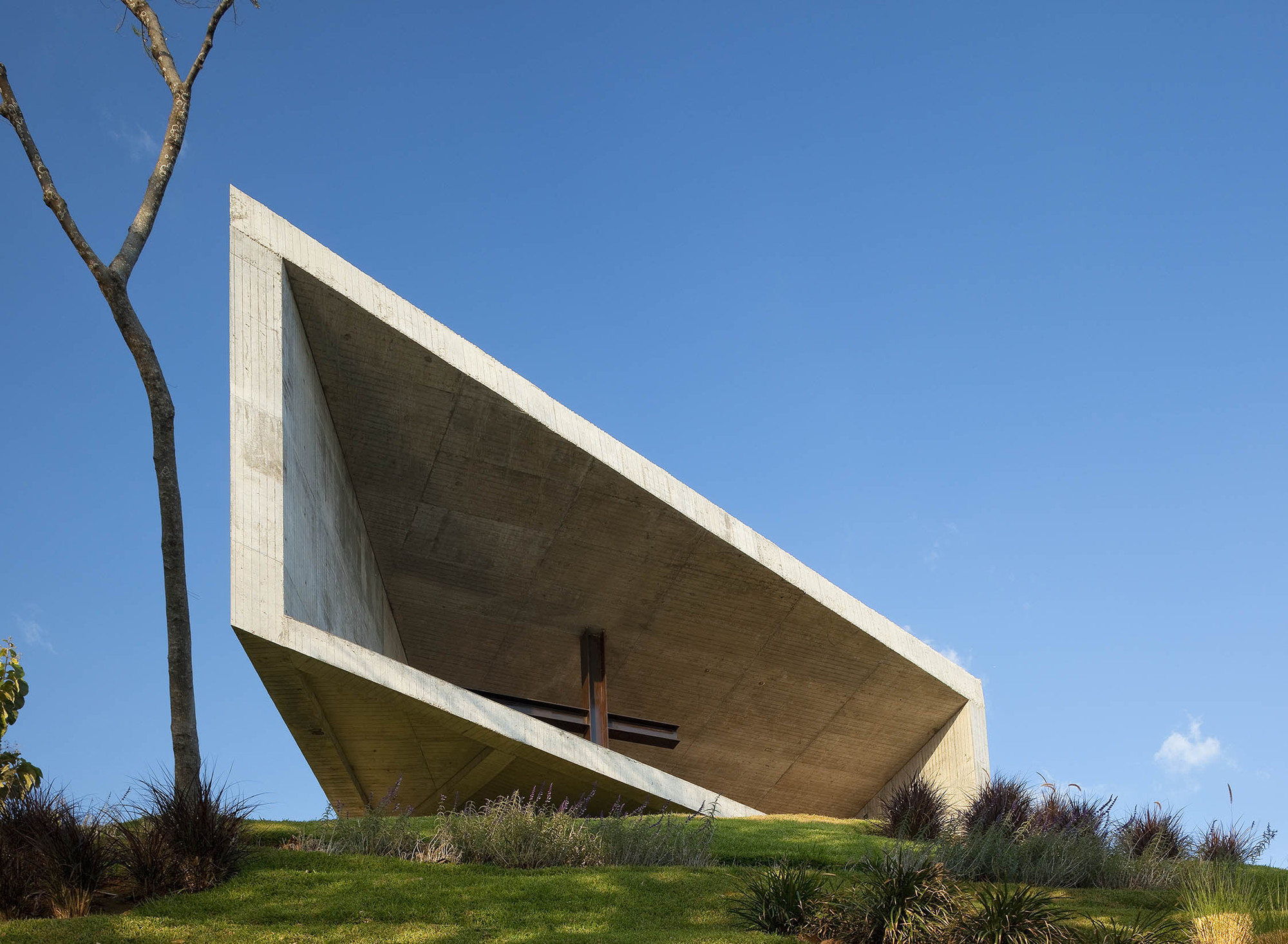 Cardedeu Chapel / EMC Arquitectura - ArchDaily
