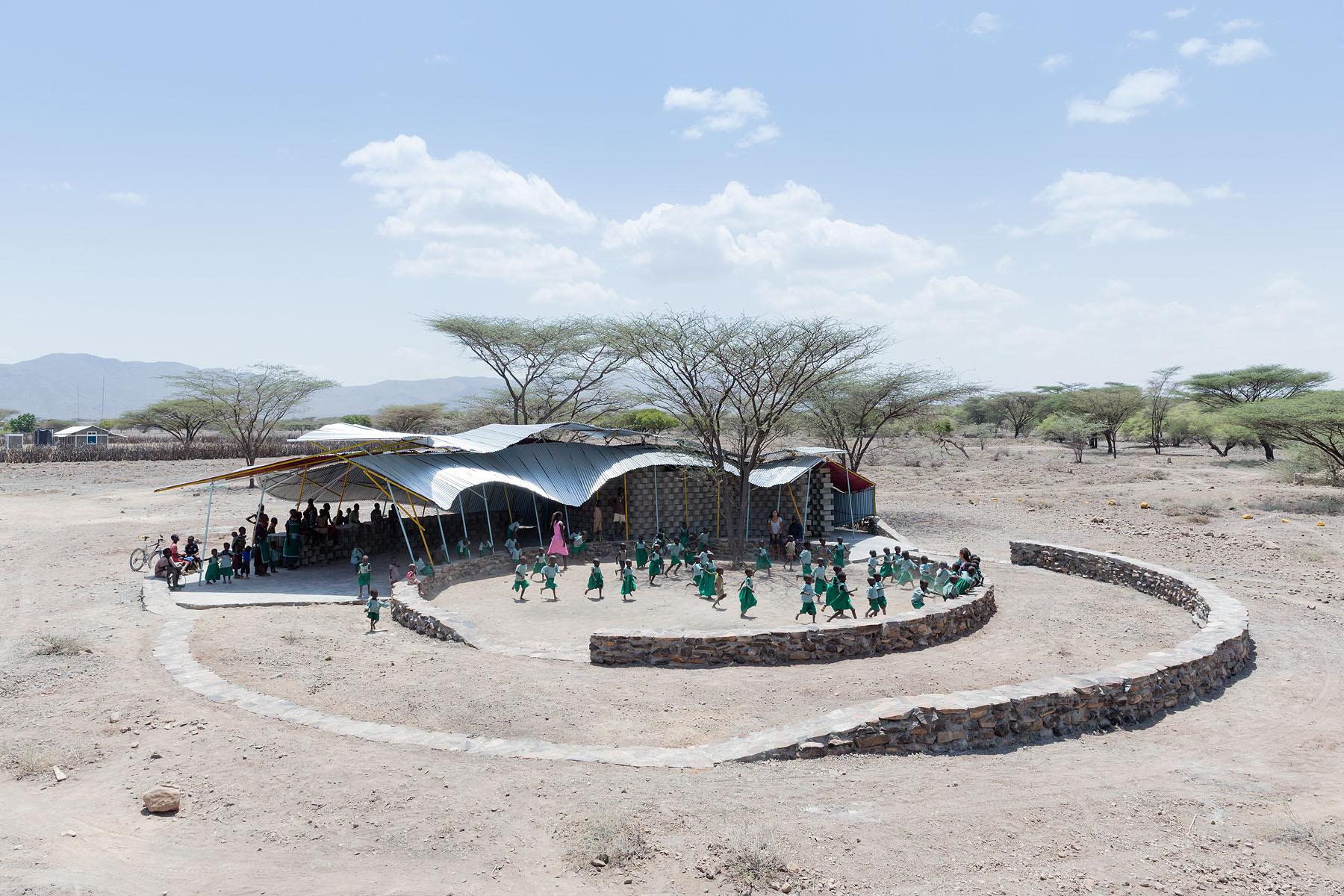 Clínica para la Educación y vacunación de Konokono, Selgas Cano y estudiantes de MIT Open Studio; Turkana, Kenia. Imagen © Iwan Baan