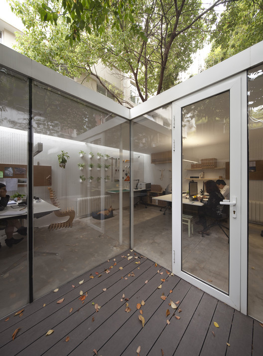 Office Around a Tree / Lukstudio, © Peter Dixie