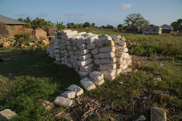 Un material constructivo común en la isla, los bloques de coral están tallados en canteras ecológicas a cielo abierto.. Imágen © Zach Melanson
