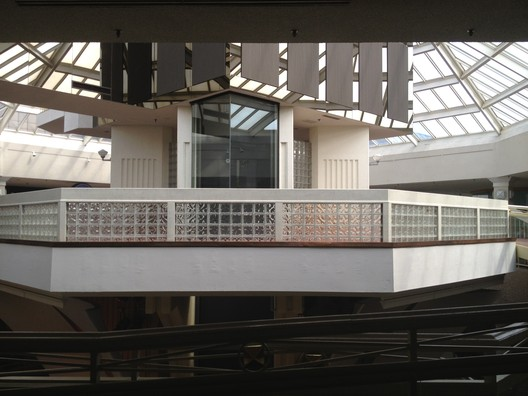 Inside the now abandoned White Flint Mall. Image © Flikr CC License / Mike Kalasnik