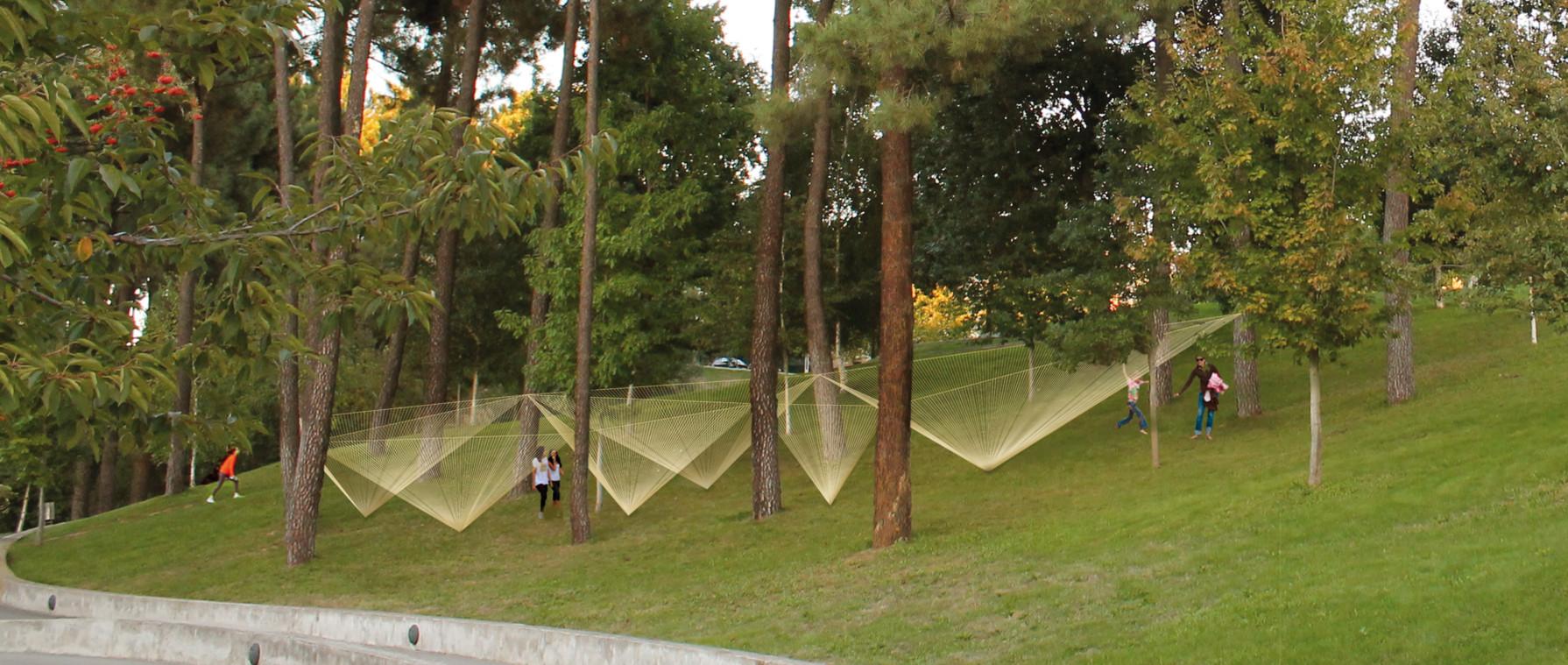 Paisaje y Arquitectura: Instalación Olivia propone siete pirámides invertidas hechas de hilo de algodón, Cortesía de Margarida Alves